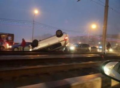 В Череповце машина перевернулась и вылетела на трамвайные пути