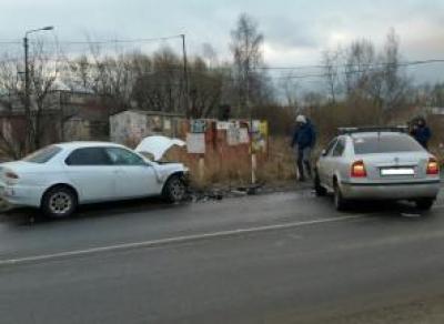 В Череповце столкнулись две машины: 60-летний водитель пострадал