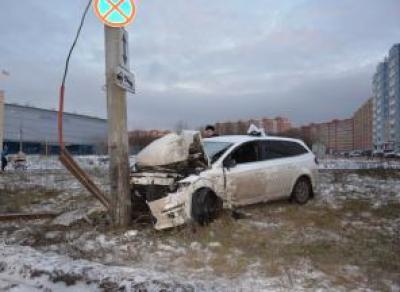 В Череповце машина влетела в столб: есть пострадавшие