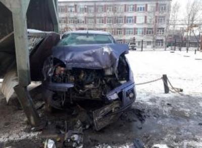 В Череповце иномарка влетела в остановку, уходя от столкновения