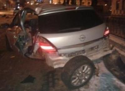 «Опель» врезался в столб: три человека пострадали