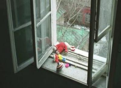 6-летняя девочка выпала из окна 4-го этажа