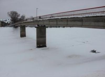 Подросток чуть не провалился под лед у Красного моста