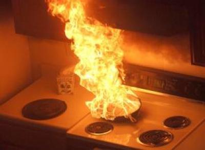 Пожар в Бывалово из-за подгоревшей еды: есть пострадавший