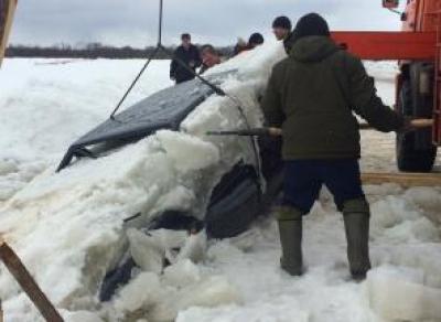 В Великом Устюге вытащили машину, которая провалилась под лед в прошлом году
