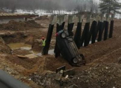 Под Соколом машина улетела в кювет под мост