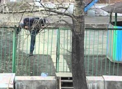 Наркоман пытался сломать забор детского сада