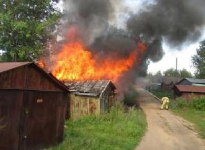 Пенсионер по неосторожности сжёг 2 гаража с машинами