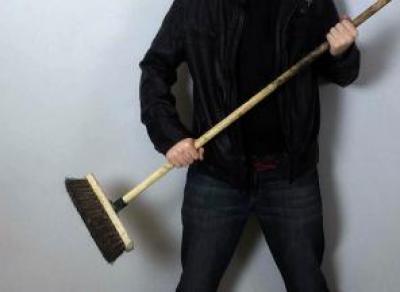 Мужчина избил соседа шваброй за пожар