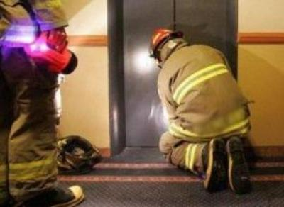 Сотрудники прокуратуры проверяли лифт — и застряли
