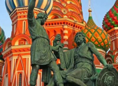 Не сахарные: праздничный концерт начинается под дождем в центре Вологды
