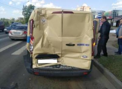 На ул. Конева «КамАЗ» въехал в инкассаторскую машину