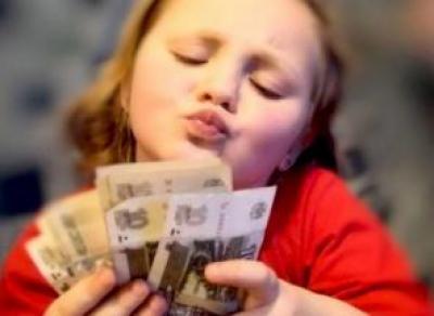 Новую выплату начали выдавать родителям