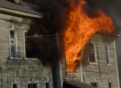 Двух детей спасли на пожаре полицейские