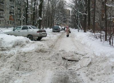 Жители Вологды недовольны уборкой снега во дворах