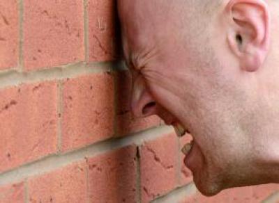 Пьяный череповчанин врезался в стену при попытке сбежать от Росгвардии
