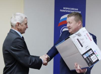 Жители поселка Рогна Верховажского района получили подарок от депутата ЗСО Владимира Сверчкова