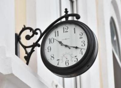 Возвращение традиций: на Каменном мосту установили старинные часы