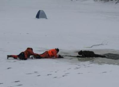 На Онежском озере рыбак на мотособаке провалился под лед