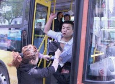 Агрессивный мужчина выкинул кондуктора из автобуса