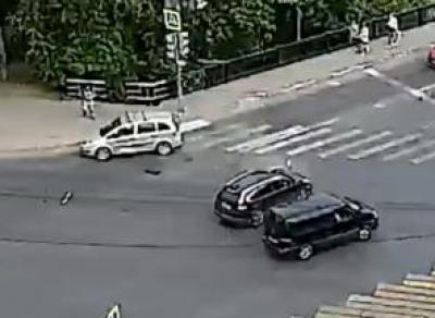 Лихач чуть не снёс пешеходов в центре Вологды