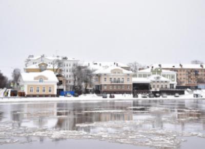 В Вологде осыпается берег над забетонированной набережной