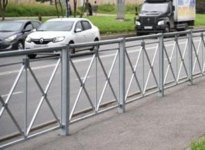 В областной столице вдоль магистралей устанавливают новые ограждения