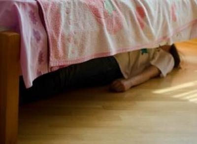 Женщина в федеральном розыске пряталась под кроватью