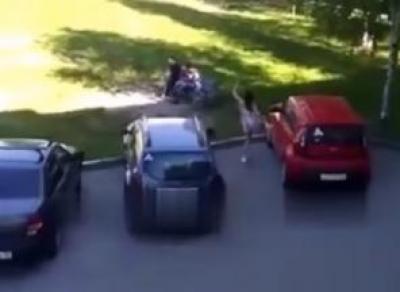 Буйная вологжанка напала на машины (видео)