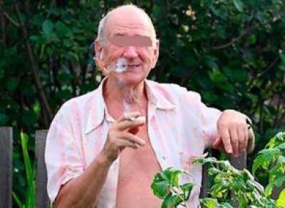Пенсионер заливал участок соседа мочой