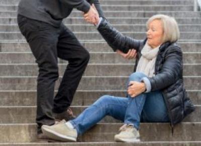 Помог пенсионерке и ограбил её