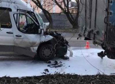 Микроавтобус врезался в стоящий фургон