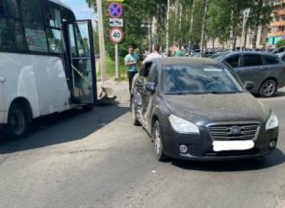 Маршрутка протаранила легковушку в Вологде