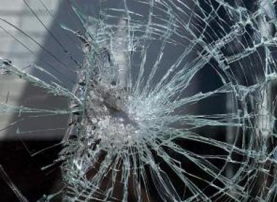 Пьяный череповчанин забросал камнями автобус