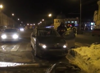 Пьяный автомобилист въехал в сугроб на улице Мира