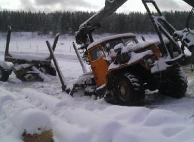 В Вологодской области лесовоз провалился под лёд