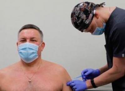 Губернатору вкололи вторую прививку