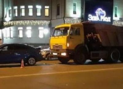 КамАЗ протаранил легковушку в Вологде