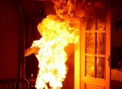 В Вытегорском районе мужчина облил бензином и поджег сожительницу
