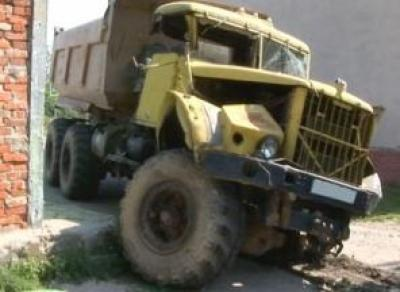 Автослесарь на КрАЗе раздавил коллегу