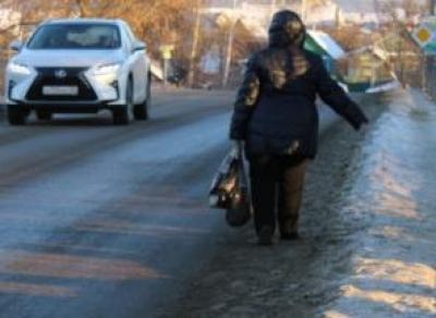 Женщина вышла на дорогу и получила травмы