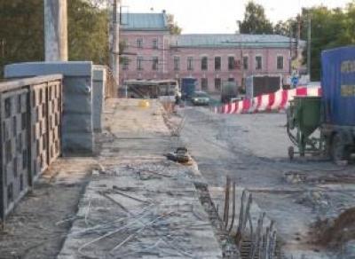 Строители остановили ремонт на Октябрьском мосту