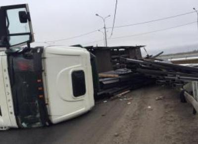 Под Вологдой перевернулся грузовик