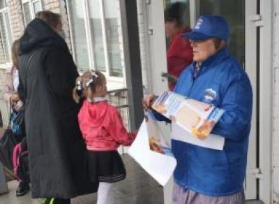 В Грязовце возле школы раздавали материалы «Единой России»