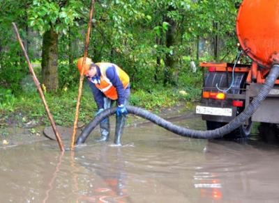 Коммунальщики начали откачку дождевой воды с улиц Вологды