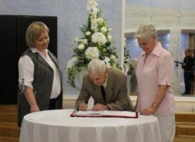 В Череповце наградили супружеские пары с крепкими семейными узами