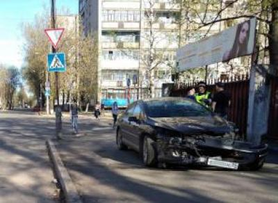 В Череповце из-за аварии машина вылетела на тротуар