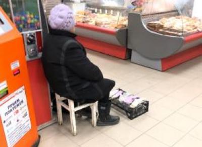Бабушка с носочками