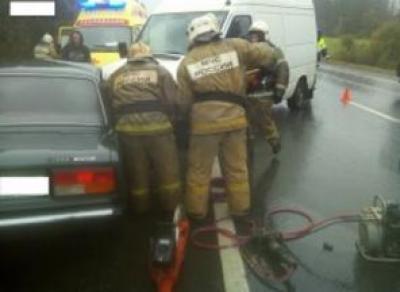 Спасателям пришлось срезать крышу автомобиля, чтобы спасти пострадавших в ДТП под Вологдой