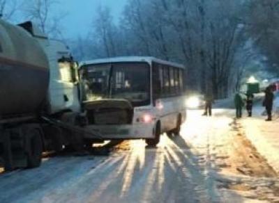 Автобус с пассажирами въехал в тягач